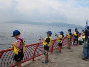 釣りをする子供たち